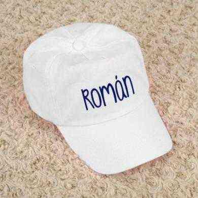 gorra blanca con nombre